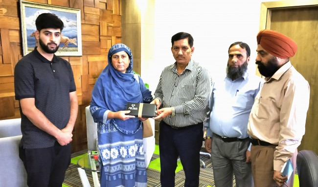 JK Bank Chairman and MD hands out insurance payout to the family of deceased employee